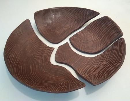 """""""Piatto 1- frammenti di condivisione"""" Anno: 2019 Tecnica : terracotta ingobbiata e incisa Misure: cm h7 x diametro 53"""